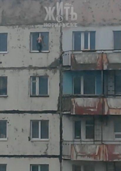 Полицейские проверили семью ребёнка, который вышел на карниз окна на девятом этаже.
