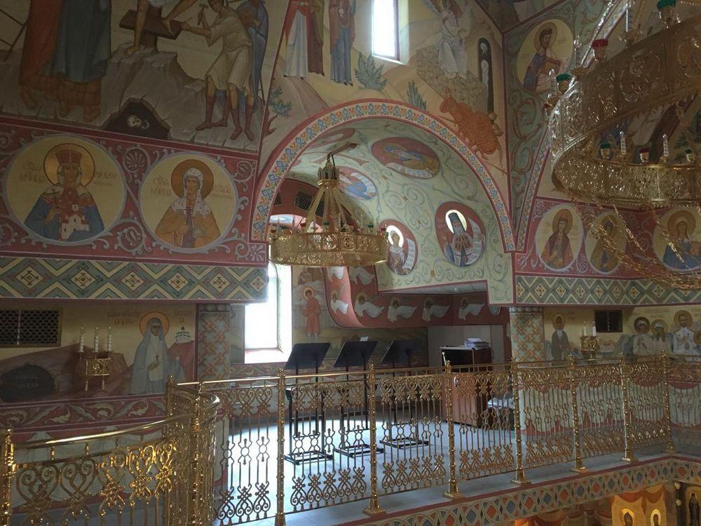 В новом норильском храме Новомучеников и исповедников Церкви Русской в канун праздника Троицы окончательно завершили роспись.