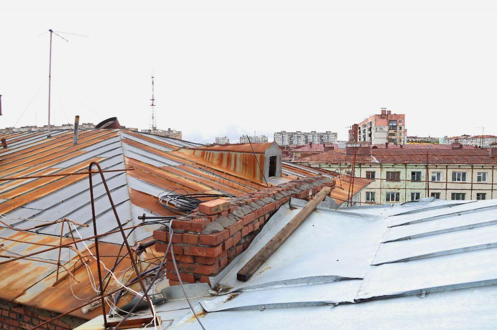 В Норильске продолжается ремонт кровель жилых домов.