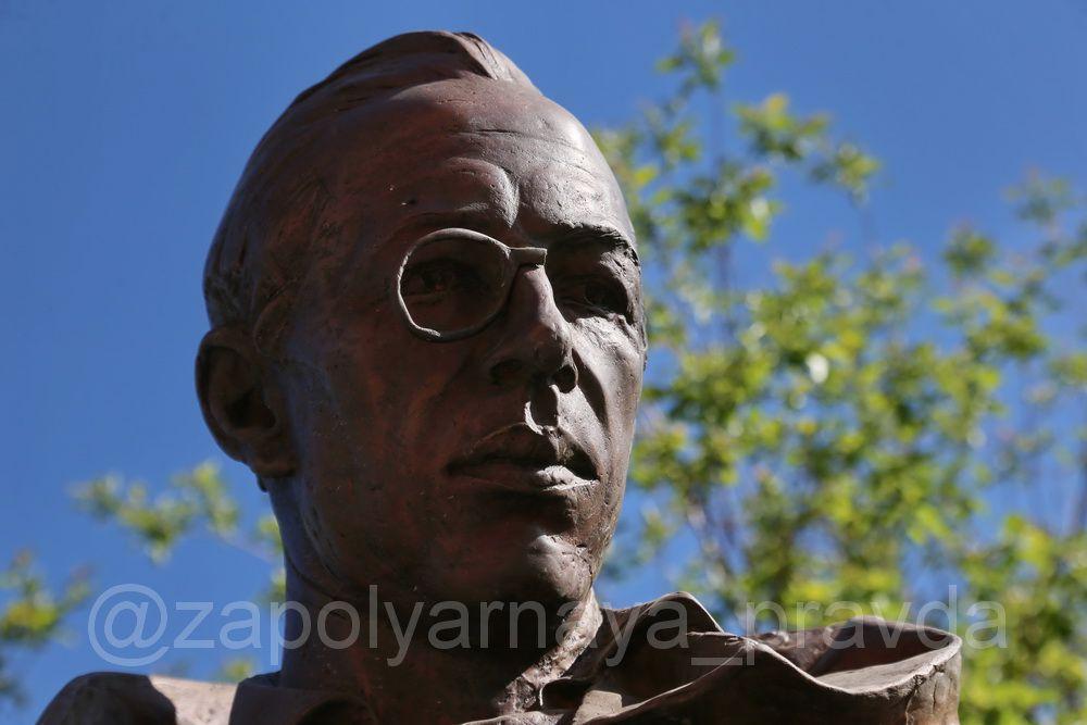 На памятнике Николаю Урванцеву сломали очки.