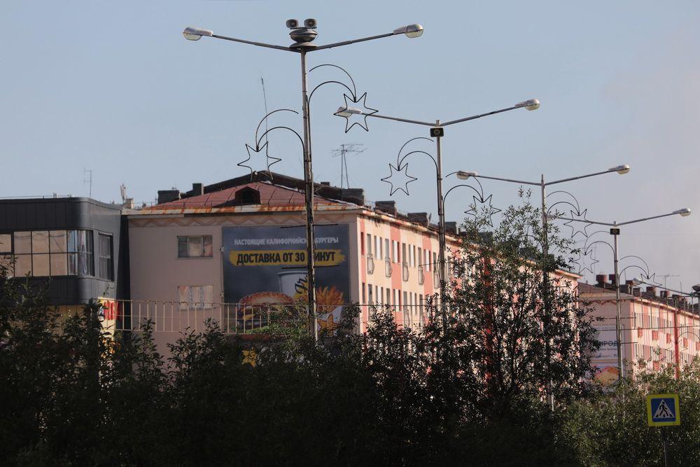 В Норильске продолжается ремонт систем наружного освещения.