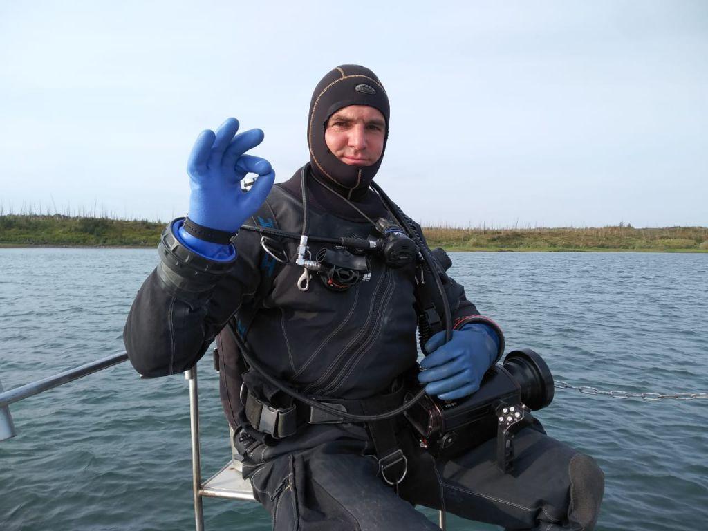 Есть добыча! Норильские дайверы работают в затоне реки Норилки. Домой они вернутся не с пустыми руками.