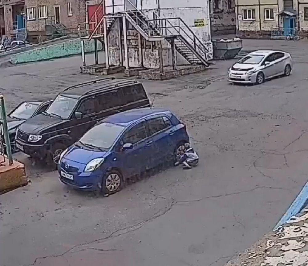 Полицейские устанавливают личность подростка, который, вероятно, повредил автомобили, стоявшие во дворе Павлова, 20б.