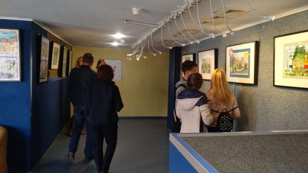 """В кинотеатре «Родина» открылась выставка детских рисунков """"Папа, мама, я - туристская семья!""""."""