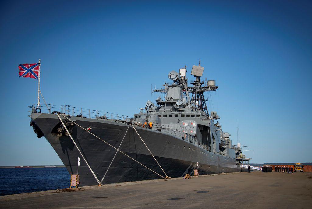 В Дудинке на военные корабли продолжаются экскурсии.
