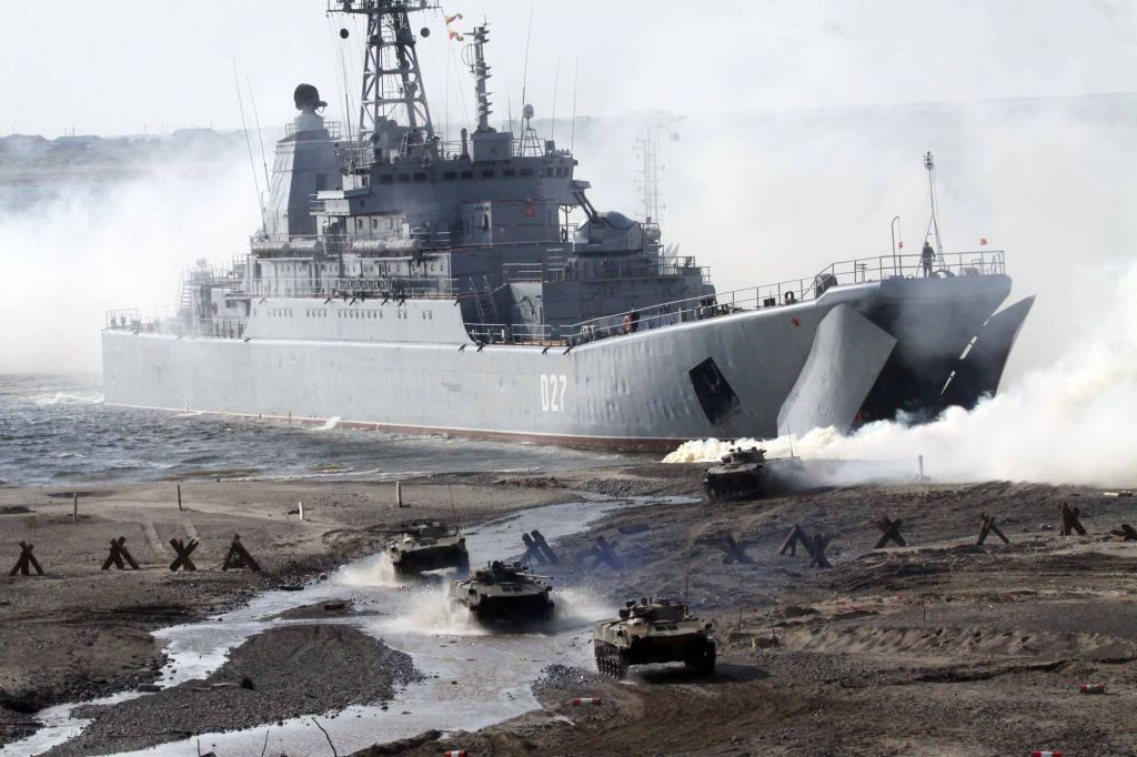 Тактические учения на Таймыре продолжатся на следующей неделе, позади - высадка морского десанта Северного флота на берегу Енисея.