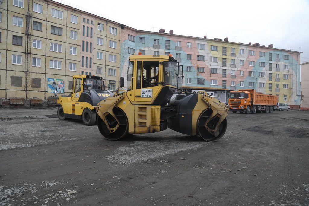 В Норильске продолжается ремонт дорог и дворов. И если первые заасфальтированы уже на 90% от плана, то вторые – только на 20%.