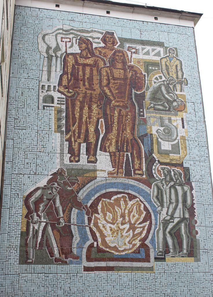 Закончена реставрация двух мозаик советского времени – «Металлурги» и «Строители» - на торцах домов 43а и 47а по улице Комсомольской.