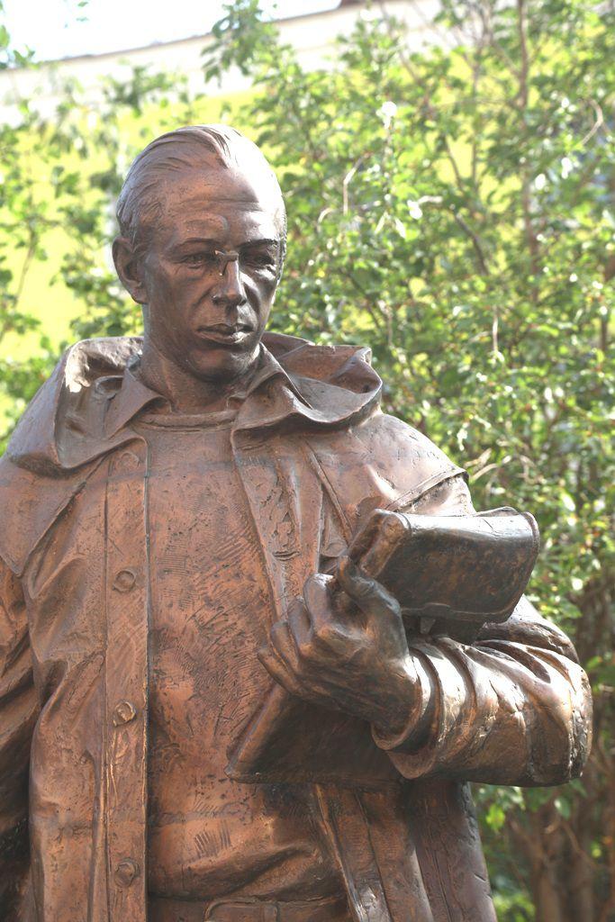Памятник Николаю Урванцеву остался без очков. Какое-то время потребуется на замену окончательно выломанной оправы.