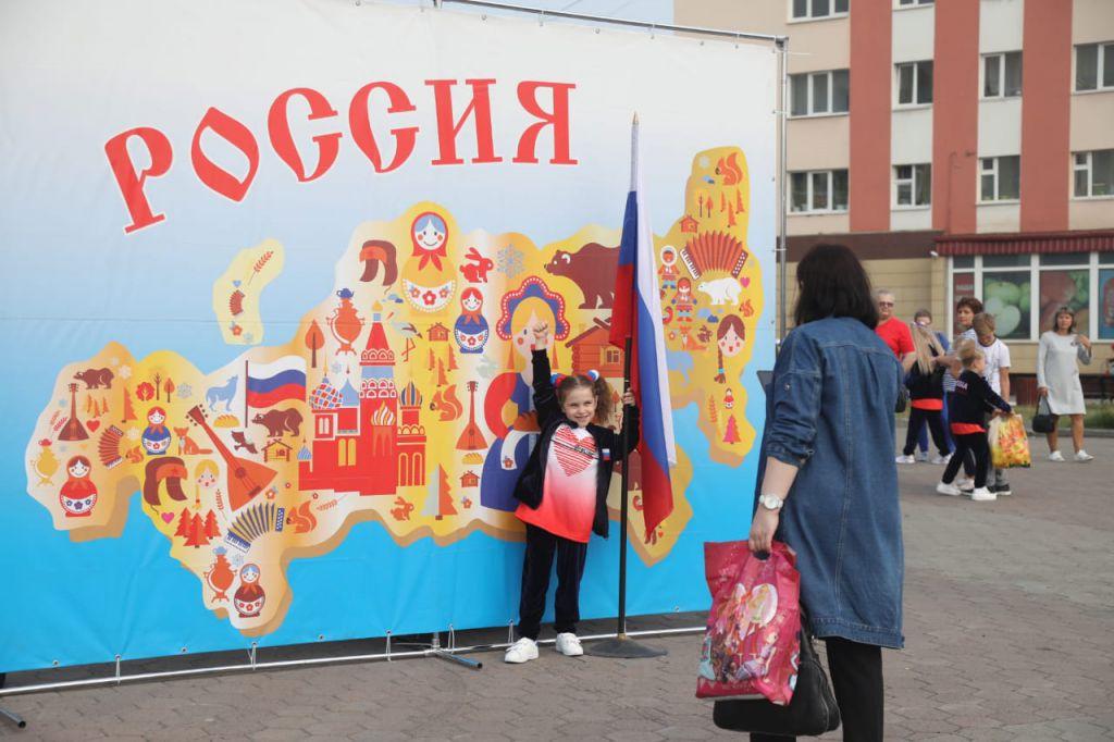 В эти минуты на Театральной площади идёт концерт: норильчане отмечают День российского флага.