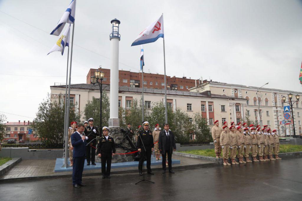 На площади Памяти Героев сегодня открыли памятный знак Военно-морского флота.