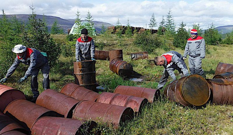 Специалисты «Заповедников Таймыра» обнаружили сотни бочек с отработанным топливом в центре Плато Путорана.