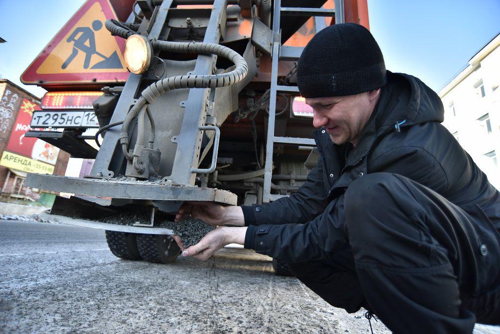 Применение нового противогололёдного материала для посыпки норильских улиц стало предметом встречи представителей «Норильскавтодора», компании «ИЛАН-Норильск» и журналистов.
