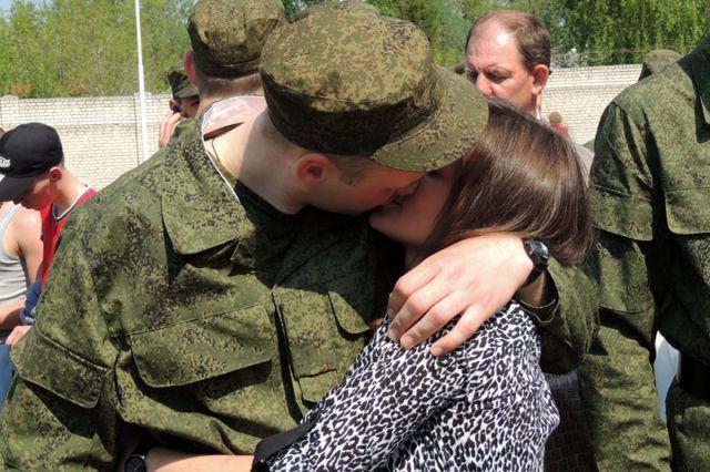 Единовременное пособие беременной жене военнослужащего, проходящего военную службу по призыву, составляет около 50 тысяч рублей.