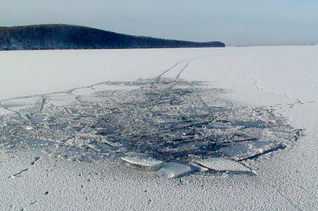 Норильские спасатели напоминают об опасности: озёра в окрестностях города покрыты тонким льдом.
