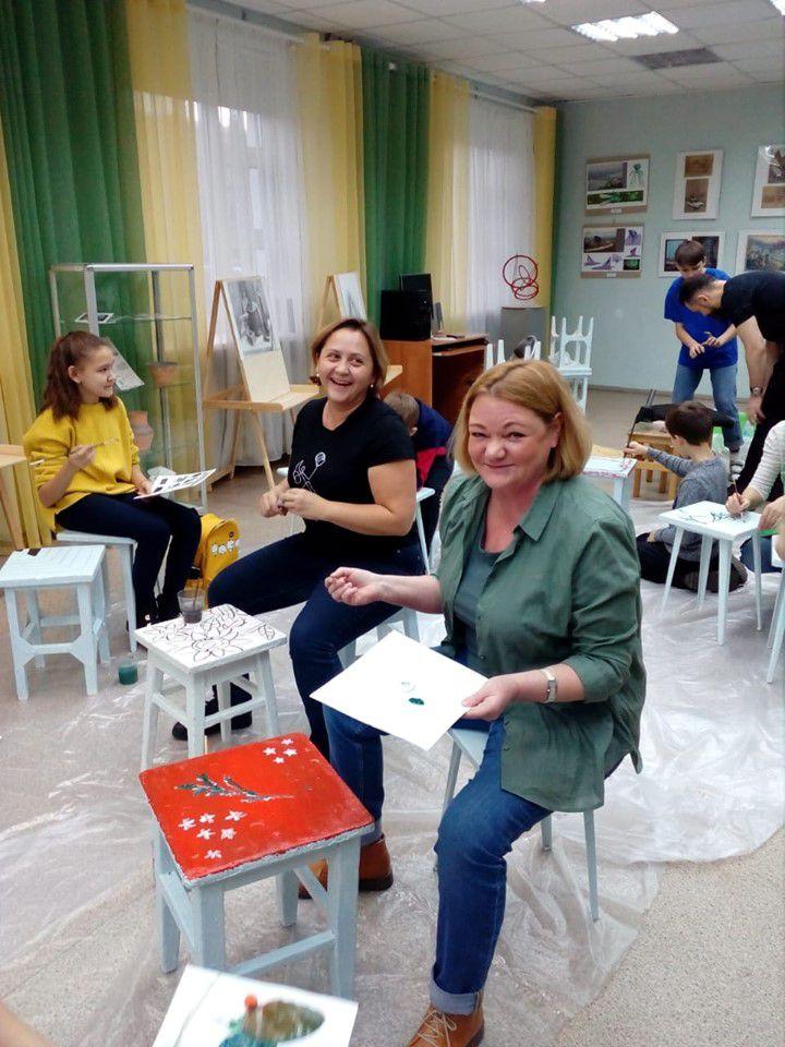 В Норильской детской художественной школе расписывают лавочки в дар детской поликлинике.