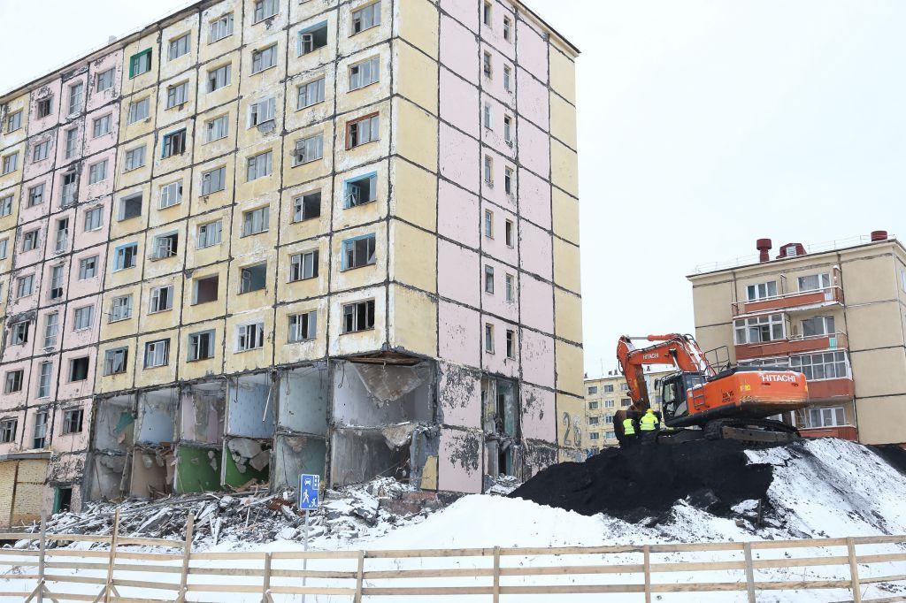 В Кайеркане полным ходом идут подготовительные работы по сносу аварийного дома на Надеждинской, 26.
