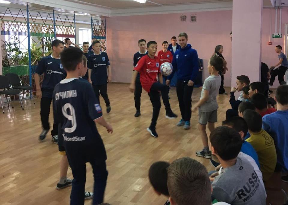 Игроки и тренеры МФК «Норильский никель» побывали в дудинском детском доме.