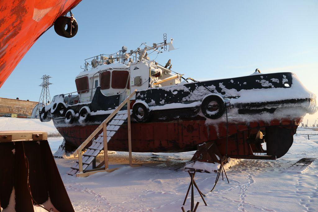 В Дудинке суда портового флота подняты на берег для зимовки.