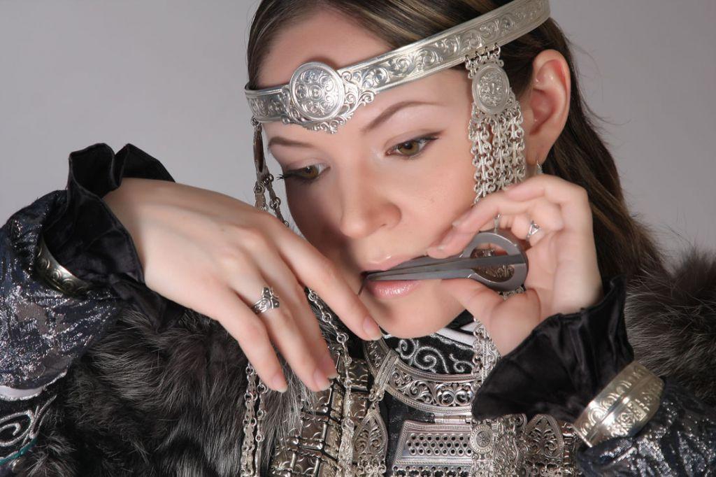 «Большой Аргиш» объединяет севера. Из Якутии на Таймыр приехала этномузыкант Олена Подлужная.