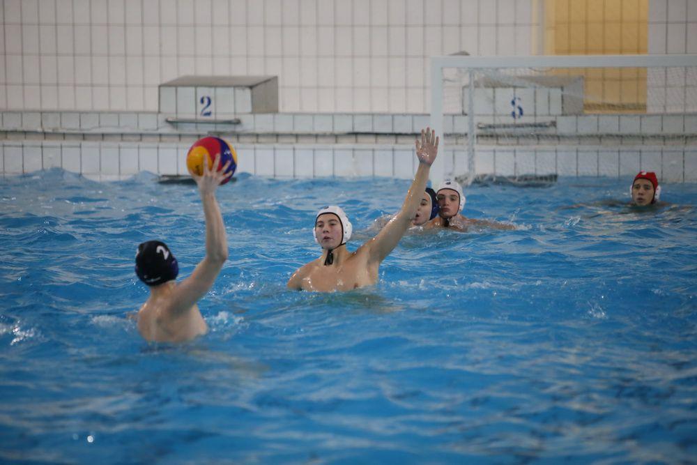 В городском бассейне прошли соревнования по плаванию и водному поло в честь юбилея спортсооружения.