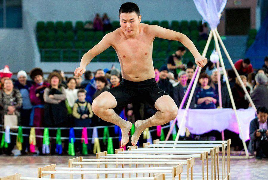 «И топор может прилететь»: в Красноярске проходят соревнования по северному многоборью.