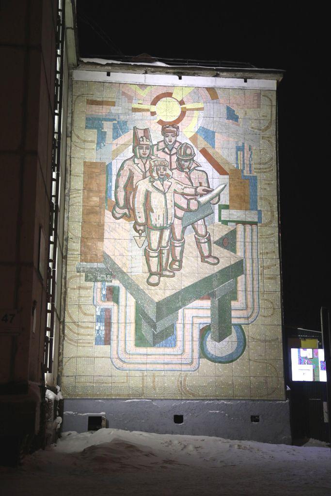 Два мозаичных панно на улице Комсомольской стали заметнее благодаря подсветке.