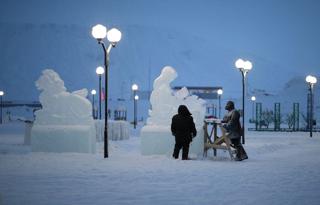 В этом году темой главного снежного городка Норильска станет вселенная. На площади набережной озера Долгое начали появляться первые ледяные фигуры двенадцати знаков зодиака.