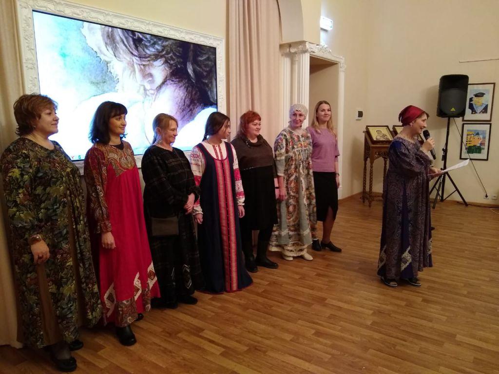 Новую коллекцию женской одежды в народном стиле показала модельер из Санкт-Петербурга Елена Чернышова.