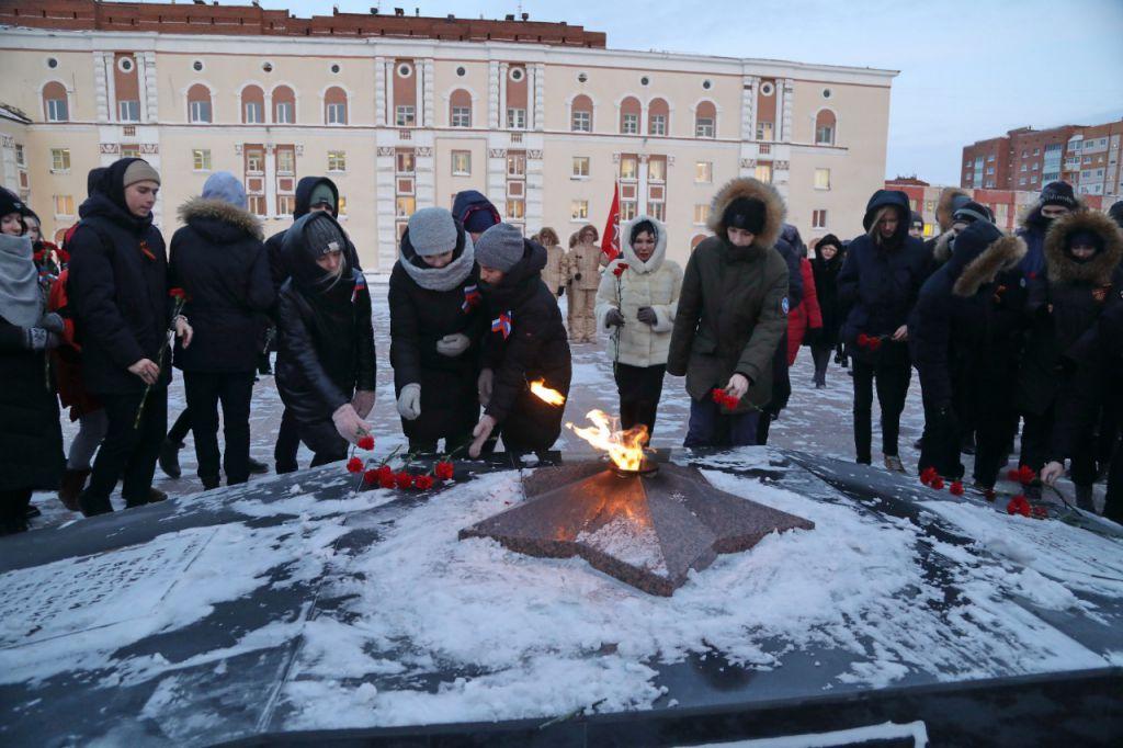 Подвиг твой бессмертен... В Норильске на площади Памяти Героев почтили память павших в День Неизвестного солдата.