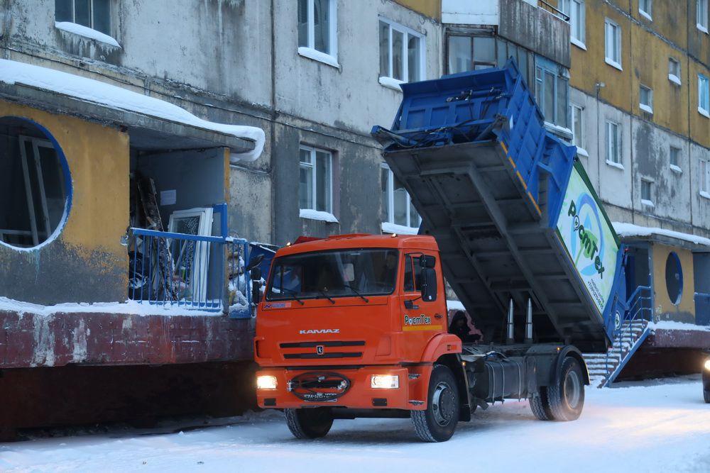 В праздничные дни о нарушении графиков вывоза мусора можно звонить региональным операторам.
