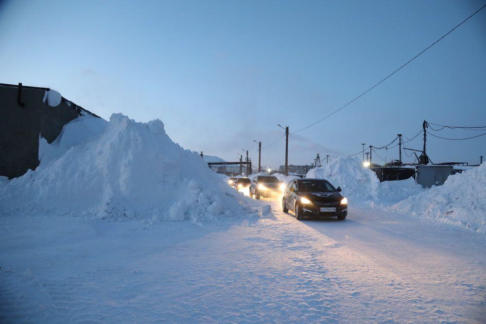 Снег, вывозимый с территории гаражей на дорогу к похоронно-административному комплексу, мешает движению автобусов.