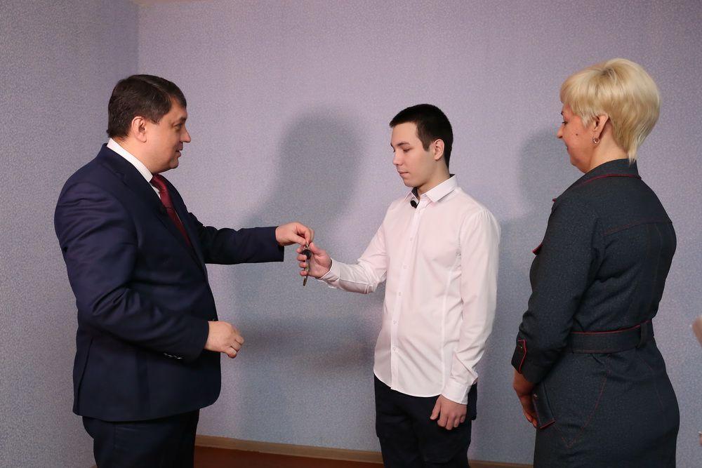 Глава города Ринат Ахметчин вручил выпускнику детского дома Дмитрию Костенко ключи от отремонтированной квартиры.