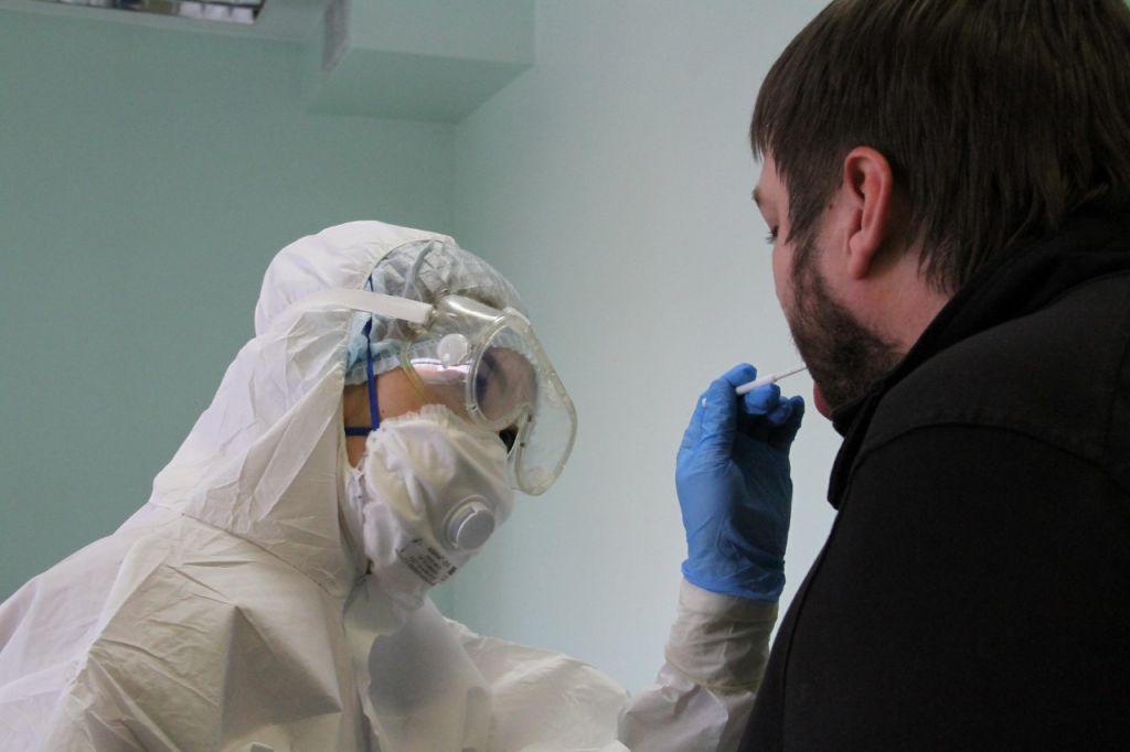 За последние сутки счет заболевших коронавирусом перевалил за 400 человек