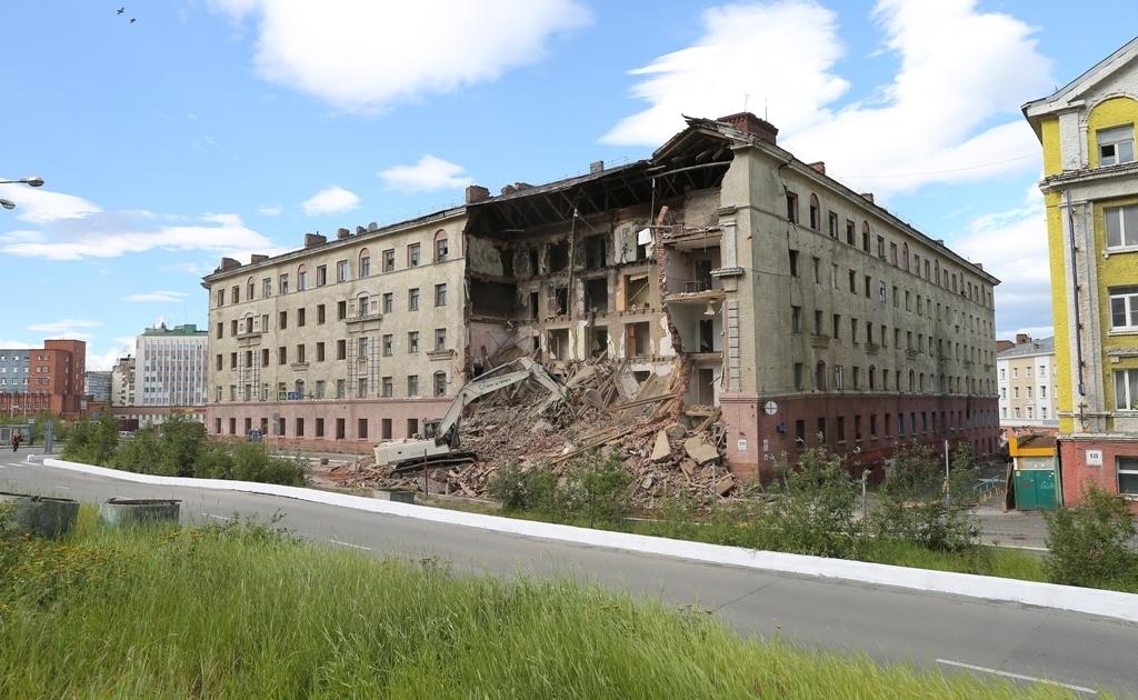 Сегодня начался снос аварийного пятиэтажного дома по Комсомольской, 20