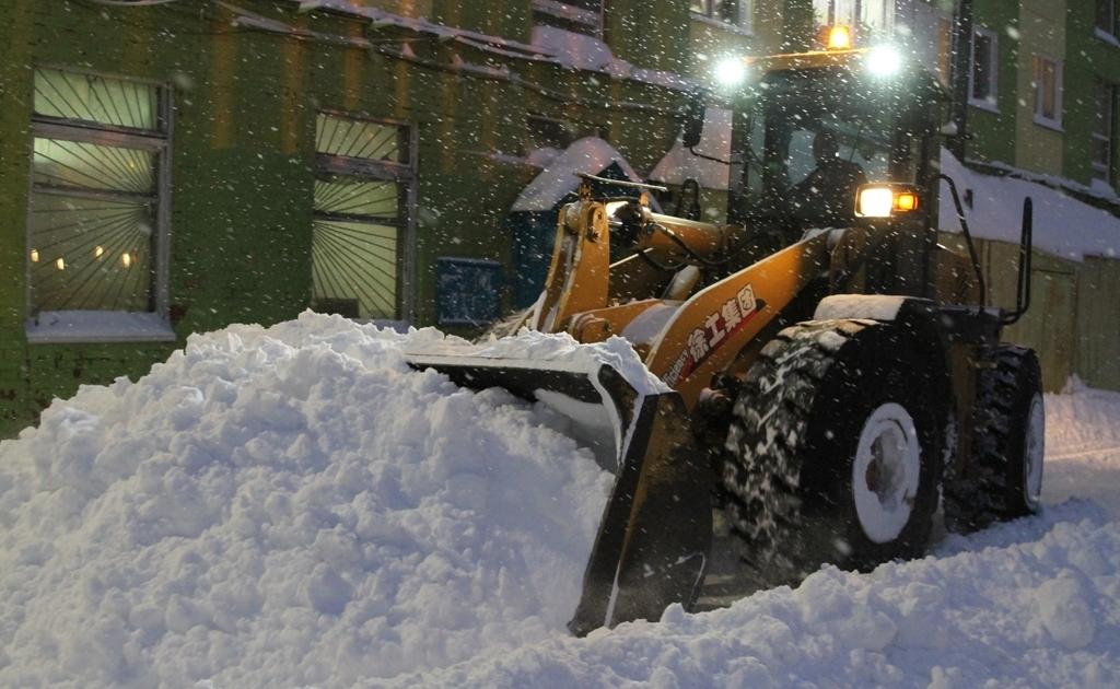 После субботней метели дворы и улицы Норильска оказались занесены снегом