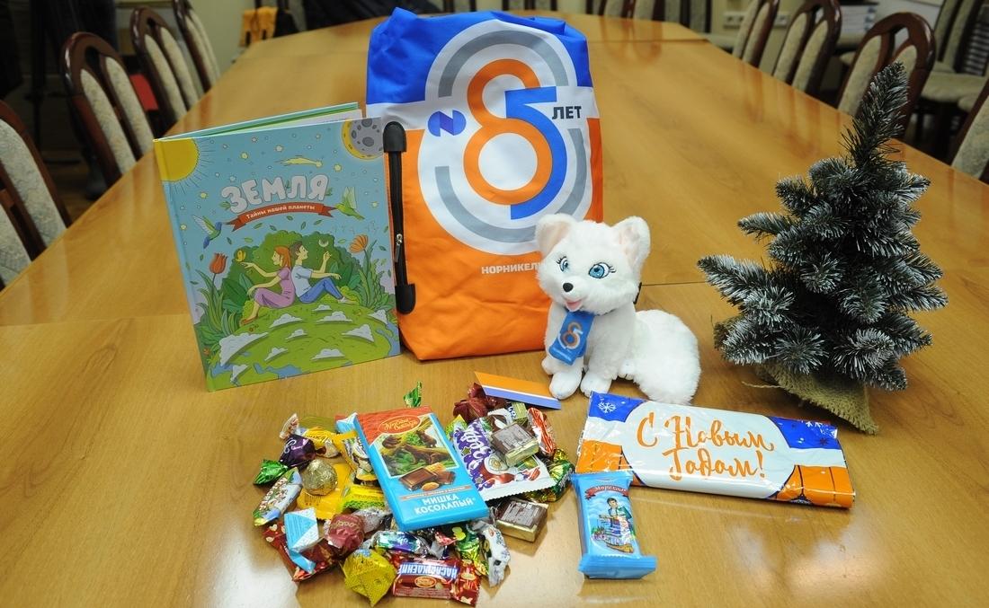 Работники «Норникеля» уже получают новогодние подарки для детей