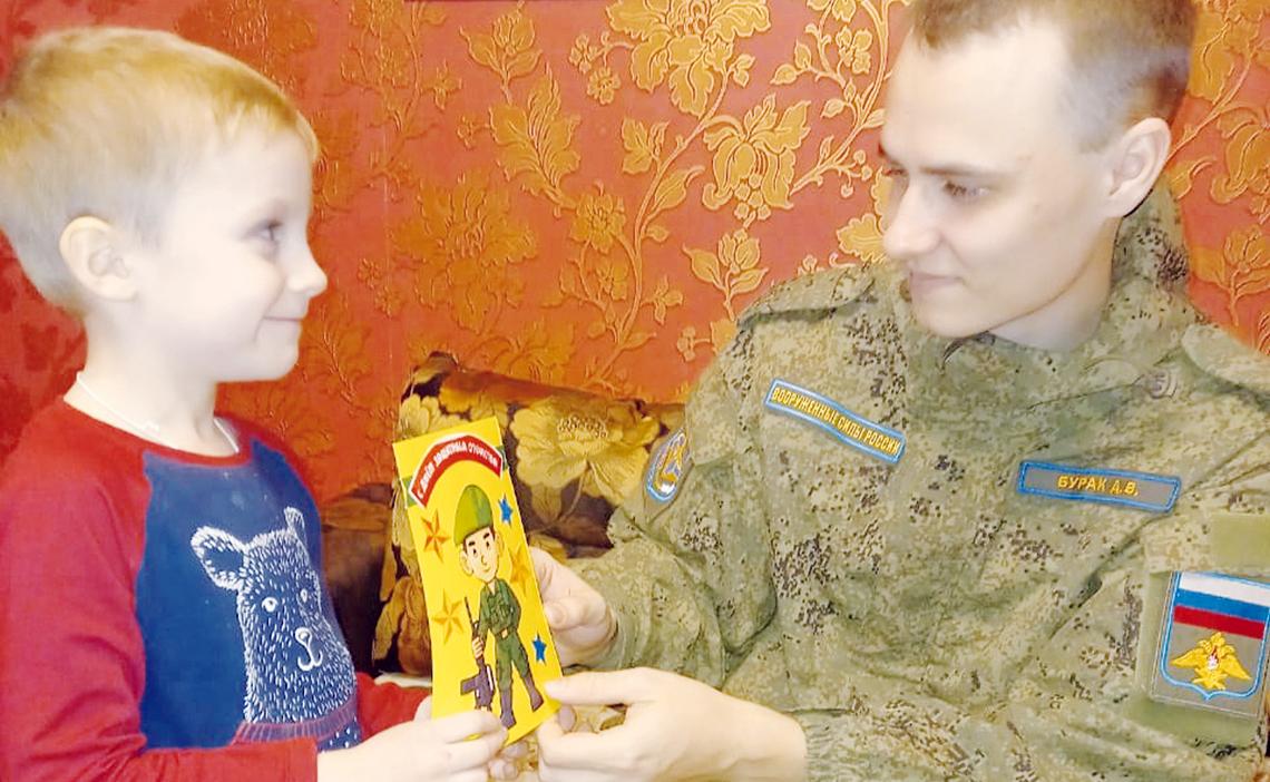 Воспитанники детсада «Надежда» поздравили защитников Отечества
