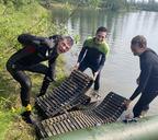 Дайверы достали со дня водоёма гусеницы от тяжёлой техники