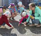 Малыши создали художественную галерею на асфальте