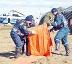 Подготовка бонов на берегу