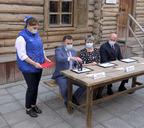 Дмитрий Карасев, Николай Уткин и Ольга Волкова подписали три почтовых конверта с изображением дома–музея и поставили на них оттиск штемпеля специального гашения