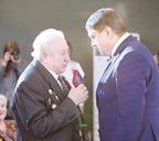 Глава Норильска Ринат Ахметчин вручает Дмитрию Ивановичу юбилейную медаль «75 лет Победы в Великой Отечественной войне 1941-1945 гг.»