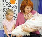 С племянницей Машей на выписке из роддома внучки Кати.