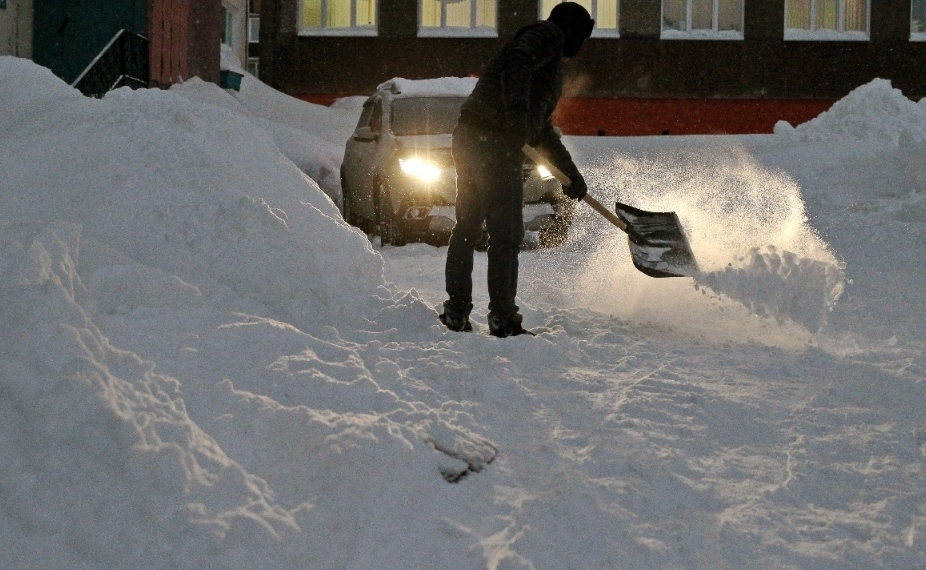 Дорожная служба и управляющие компании борются со снежной стихией в Талнахе