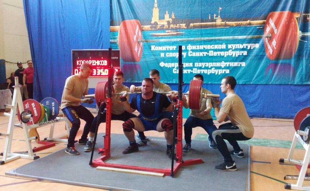 Более 400 спортсменов из разных регионов России собралось на Всероссийском турнире по пауэрлифтингу «Белые ночи»